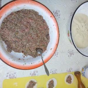 Мясной фарш и тесто для чуду с мясом
