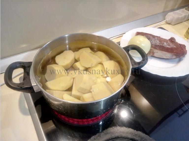 Начинаем варить картофель на гарнир к сушеному мясу