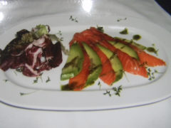 Ломтики авокадо с лососем