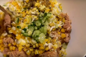 Вкусный салат с тунцом и кукурузой