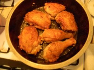 Обжариваем куриные бедра, ножки
