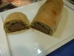 Мясо запеченное в тесте в разрезе готовое