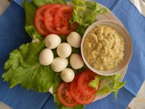 Перепелиные яйца и соус с майонезом