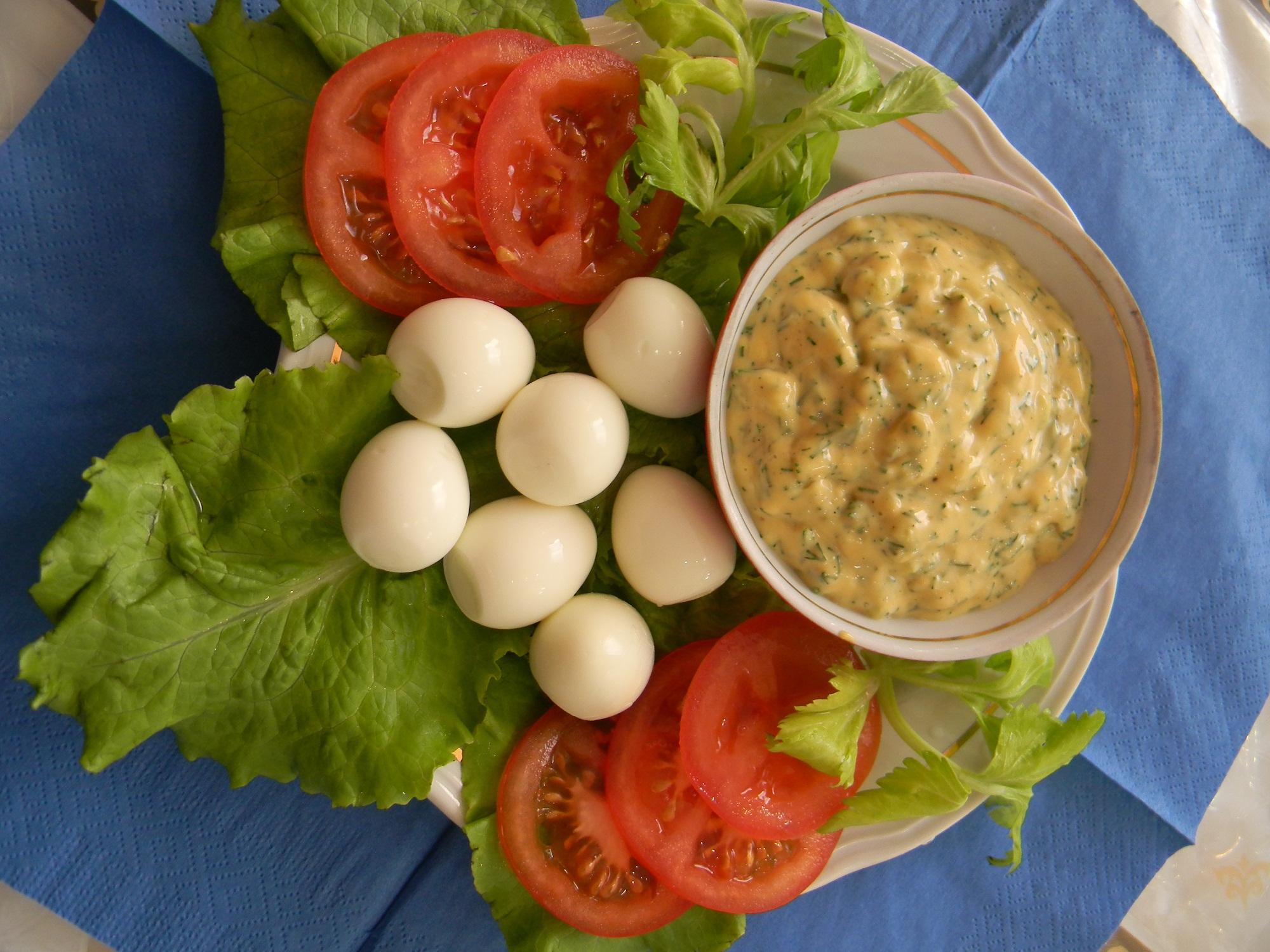 Перепелиные яйца и пикантный соус