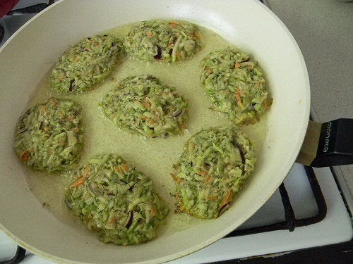 Жарим овощные оладьи на сковороде