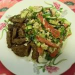 Кусочки говядины с теплым салатом из овощей