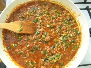 Обжаренный фарш с томатом и зеленью