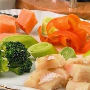 Кусочки сырой рыбы с овощами