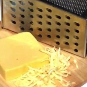 Натираем сыр на крупной тёрке