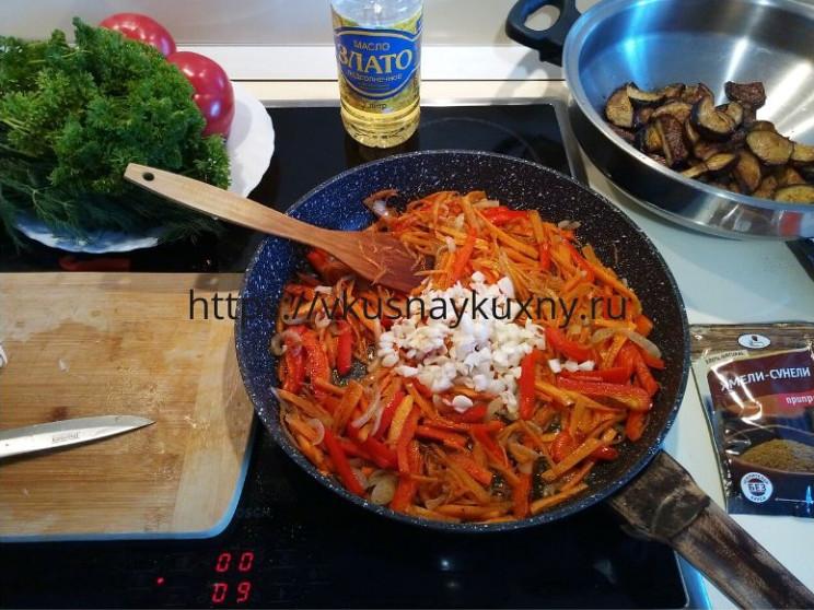 Добавляем чеснок к луку, моркови и болгарскому перцу в сковороду