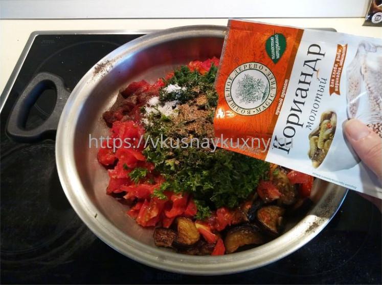 Добавляем молотый кориандр к баклажанам с овощами в сковороду ВОК