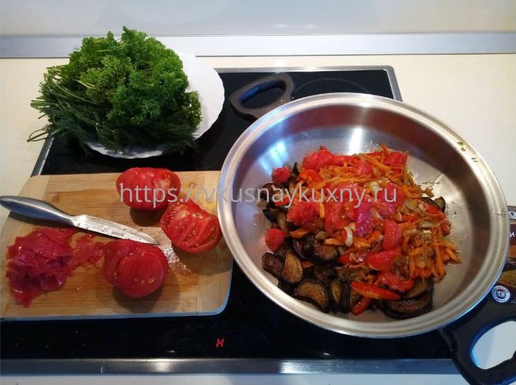 Добавляем помидоры к баклажанам с овощами в сковороду ВОК