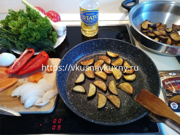 Обжариваем баклажаны на сковороде полукольцами