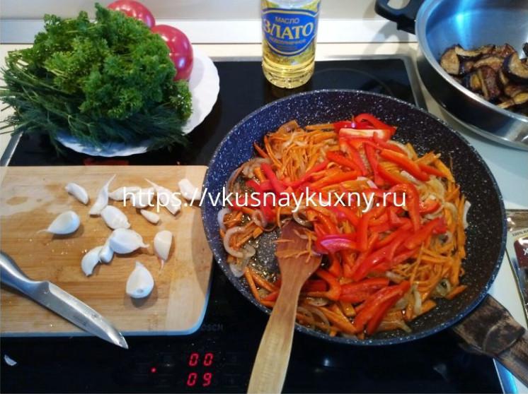 Обжариваем лук, морковь и болгарский перец на сковороде