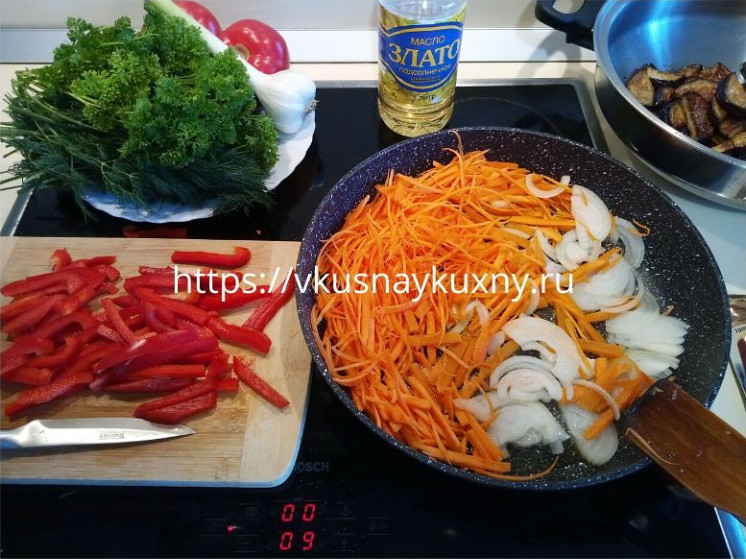 Обжариваем репчатый лук и морковь на сковороде