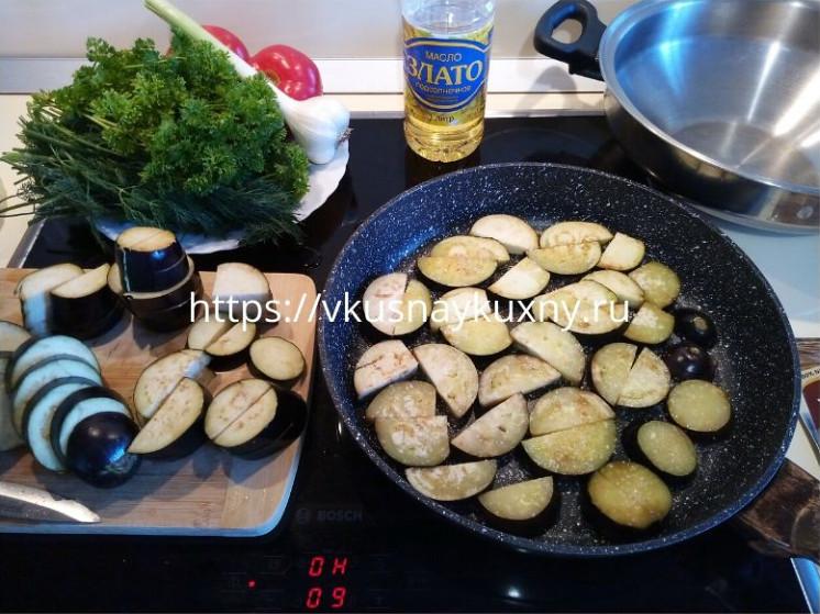 Выкладываем баклажаны на сковороду полукольцами