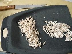 Режем ножом мелко куринную грудку