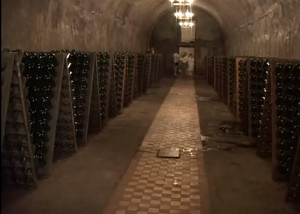 Стеллажи с шампанскими вдоль тоннелей