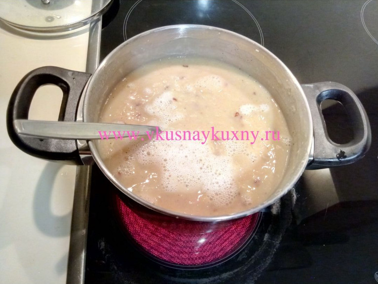 Фасолевый суп из белой фасоли доводим до кипения