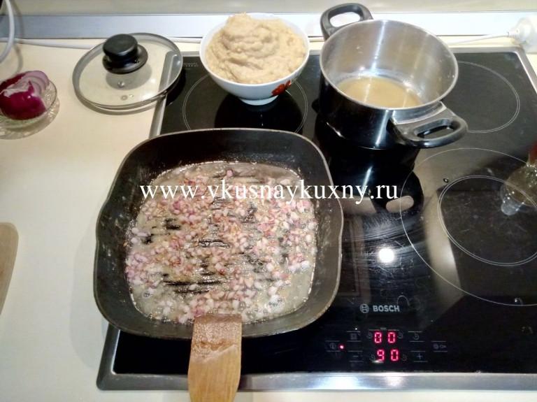 Обжаренный лук с мукой на масле на сковороде