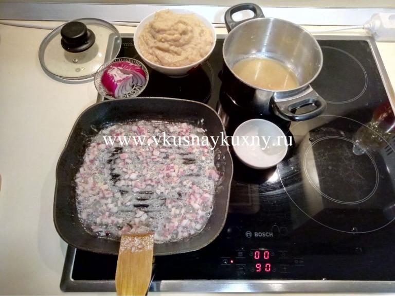 Обжариваем лук с мукой на сковороде на масле
