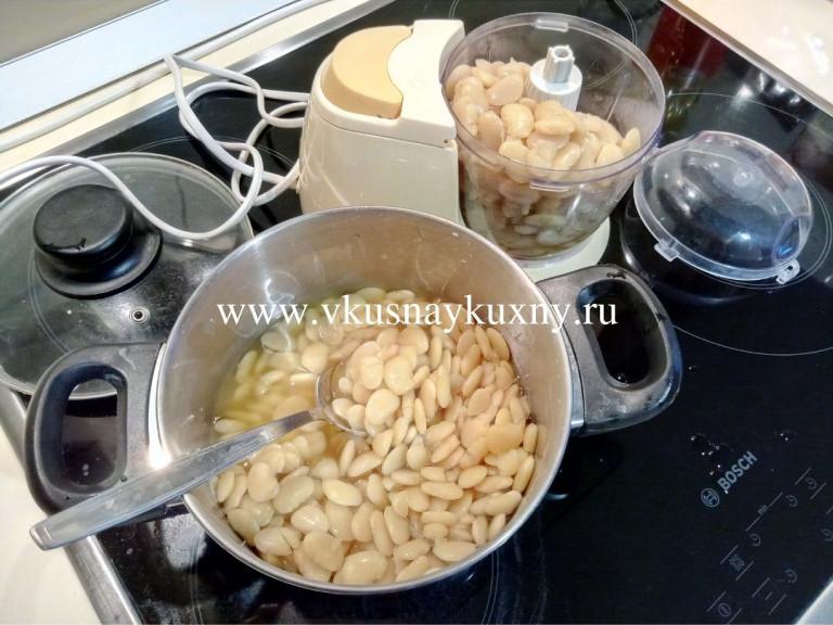 Перекладываем сваренную белую фасоль в блендер для измельчения в пюре
