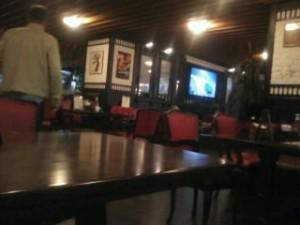 Столы с красными кожанными стульями