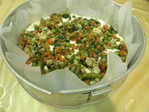 Заливаем в форму пирог нежный с овощами