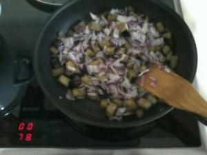 Обжариваем баклажаны с красным луком на сковороде
