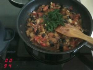 Тушим баклажаны, помидоры, лук и укроп