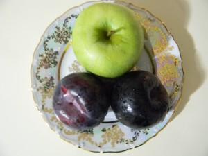 Зеленое яблоко и черные сливы