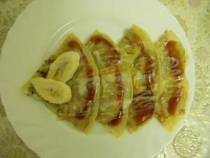 Блин с припёком из банана и киви с клюквненным джемом и сгущенкой