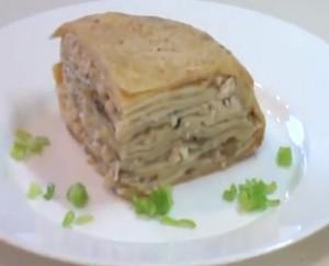 Вкусный блинный торт с курицей и сыром