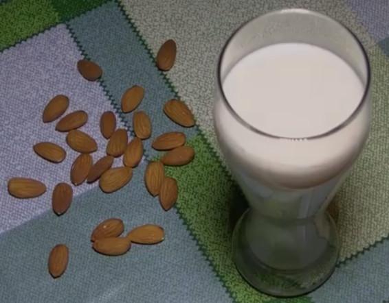 Миндальное молоко в бокале