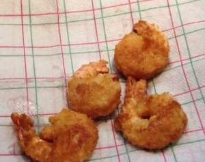 Обжареные креветки в сырном кляре