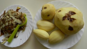 Чистим клубни картофеля