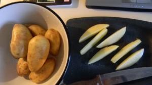 Режем молодой картофель брусочками