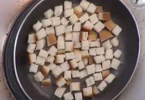 Обжариваем гренки на сковороде