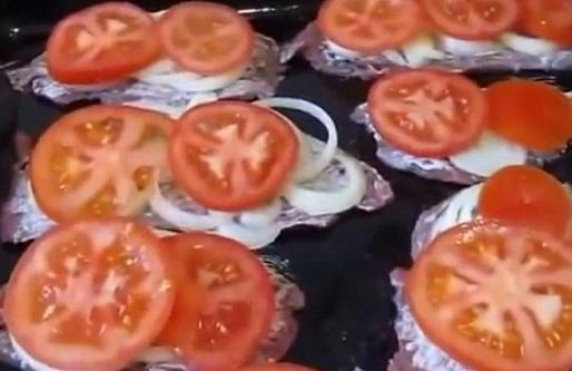 Выкладываем пластинки помидоров на мясе