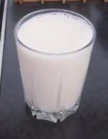 Стакан домашнего молока