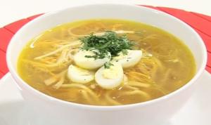 Горячий суп куриный с лапшой