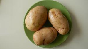 Три картошки на тарелке