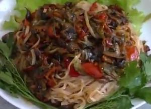 Салат фунчоза с грибами