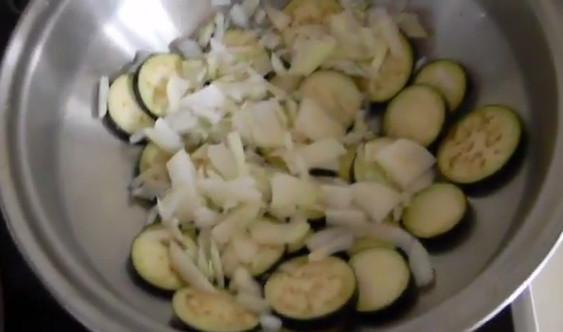 Выкладываем баклажаны и лук на сковороде ВОК от Amway