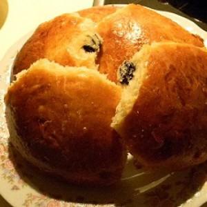 Сдобные булочки с изюмом и сахаром