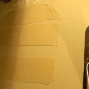 Полоски теста на манты розочки с тыквой