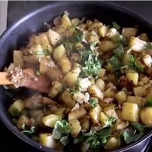 Жареная картошка с зеленью на сковороде
