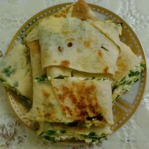 Готовый рулет с сыром, яйцом и зеленью