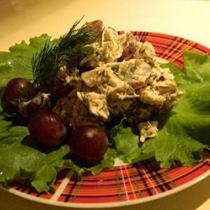 Вкусный салат с виноградом и куриным филе