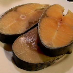 Свежие стейки лосося